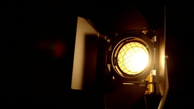 stockvideo's en b-roll-footage met langzaam video studio fresnellens vlek licht dimmen inschakelen en uitschakelen - studio