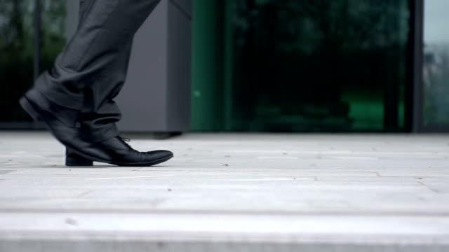slow-motion: coppia di business camminando verso gli altri - scarpe video stock e b–roll