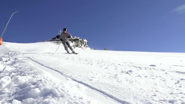 slow-motion: vista anteriore di sciatore sci discesa - sci freestyle video stock e b–roll