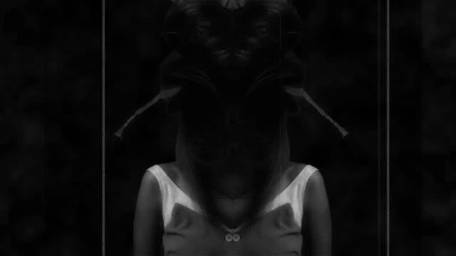 若い女性のbwスローモの肖像画 - シュールレアリズム点の映像素材/bロール