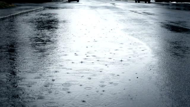 Urban Slow Motion de uma poça na rua durante um dia chuvoso - vídeo