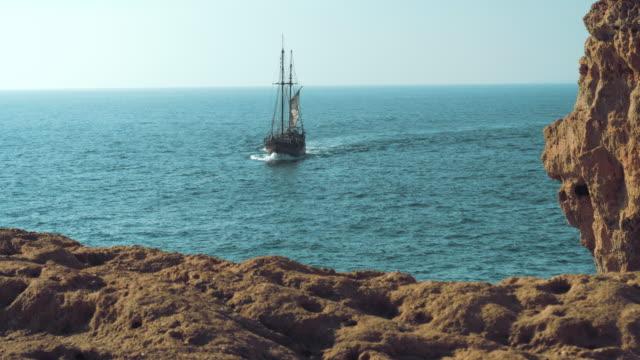slow-motion av piratbåt som seglar mot kameran. pirater i karibien. - segelfartyg bildbanksvideor och videomaterial från bakom kulisserna