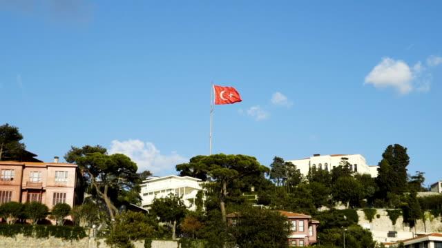 slowmotion der türkischen flagge winken in blauen himmel im freien - ankara türkei stock-videos und b-roll-filmmaterial