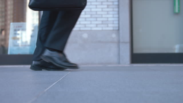 slowmotion - persone che camminano sul marciapiede (foot video stazione di tokyo in inverno) - marciapiede video stock e b–roll