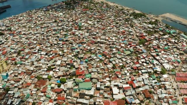 baraccopoli e quartiere povero della città di manila - filippino video stock e b–roll