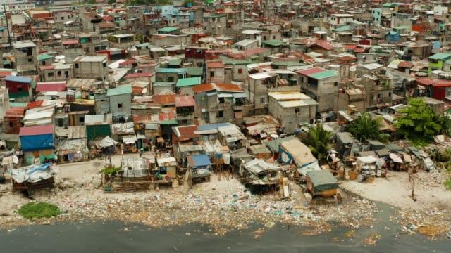 slumsy w manili, widok z góry. zanieczyszczenie mórz odpadami domowymi - państwo lokalizacja geograficzna filmów i materiałów b-roll