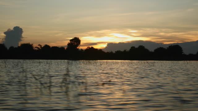vidéos et rushes de petit bateau pour une balade sur le lac au coucher du soleil - lac reflection lake