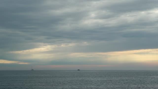 små båtar på havet på mulen dag - horisont över vatten bildbanksvideor och videomaterial från bakom kulisserna