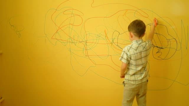 黄色の壁、自宅で描く小さな少年 - スケッチ点の映像素材/bロール