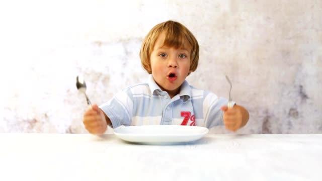 小さな少年は空腹です。 ビデオ