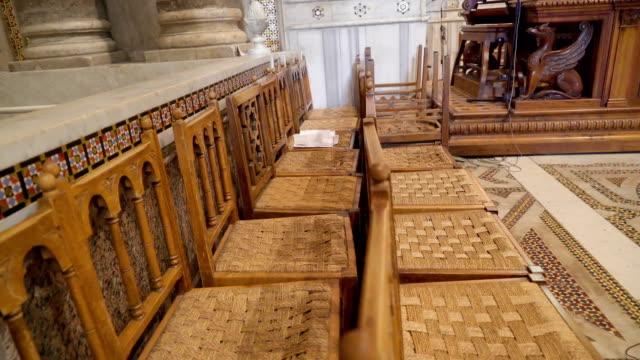 シチリア島パレルモの大聖堂に小さな茶色の椅子 - モンレアーレ点の映像素材/bロール