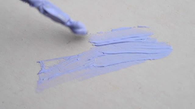 liten borste med blå färg på duk målning närbild - kanvas bildbanksvideor och videomaterial från bakom kulisserna