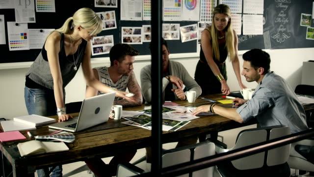 vidéos et rushes de réunion d'affaires en petit comité - marketing