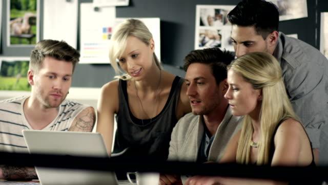small business meeting - kommunikationssätt bildbanksvideor och videomaterial från bakom kulisserna