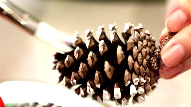 kleinunternehmen eigentümer für weihnachten kunsthandwerk verkaufen. - selbstgemacht stock-videos und b-roll-filmmaterial