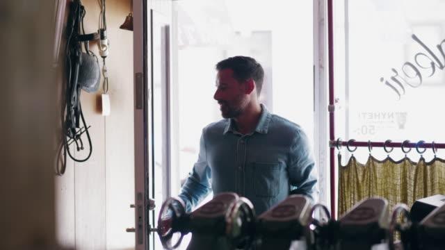 Småföretagare anländer till sin verkstad på morgonen video