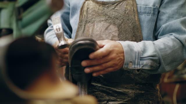 En småföretagare arbetar i sin butik video