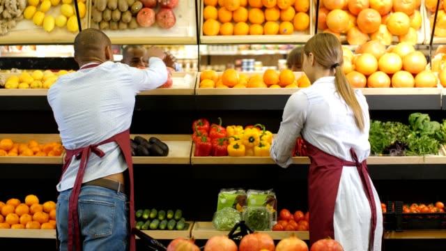 vídeos de stock e filmes b-roll de small business owners arranging groceries at store - supermarket worker