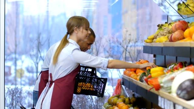 vídeos de stock e filmes b-roll de small business owners fill up fruits storage racks - arranjo