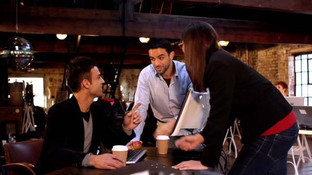 vidéos et rushes de équipe d'affaires en petit comité - mode bureau