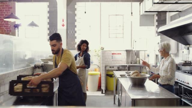 kleine unternehmen leben von teamarbeit - barista stock-videos und b-roll-filmmaterial
