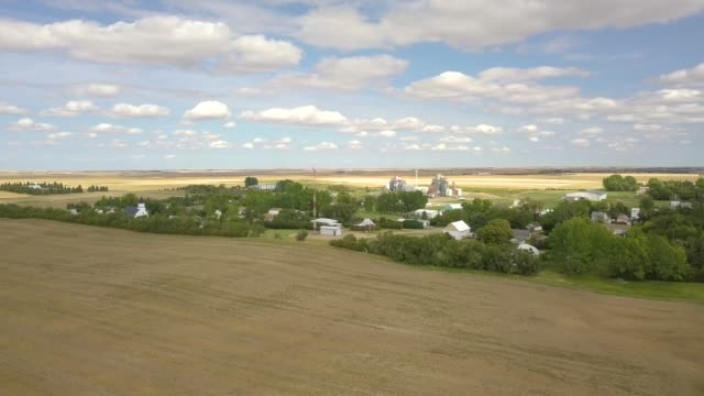 Small Canadian town in the middle of nowhere prairies and fields  Saskatchewan Manitoba Hazlet farming 4K flying drone aerial Small Canadian town in the middle of nowhere prairies and fields  Saskatchewan Manitoba Hazlet farming 4K flying drone aerial prairie stock videos & royalty-free footage