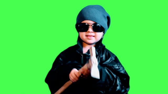 작은 아이 옷으로 사람들을 위협 하는 망치로 깡패. - 불길한 스톡 비디오 및 b-롤 화면