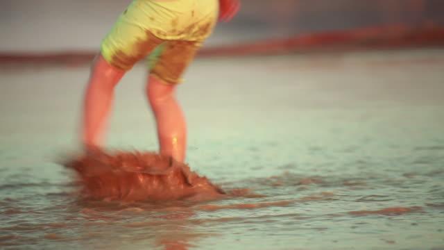 Kleines Kind spielen im Schlamm. – Video