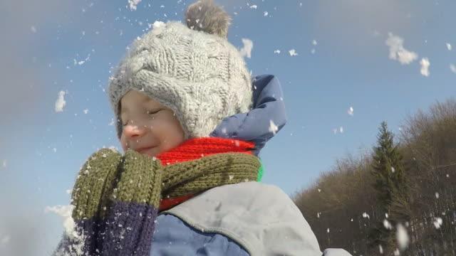 små barn leker med snö - snow kids bildbanksvideor och videomaterial från bakom kulisserna