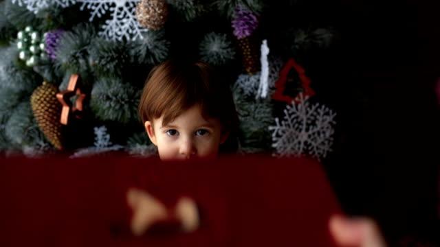 små barn njuta presenter i granen - christmas gift family bildbanksvideor och videomaterial från bakom kulisserna
