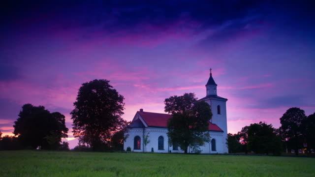 stockvideo's en b-roll-footage met time lapse: small church in sweden - kerk