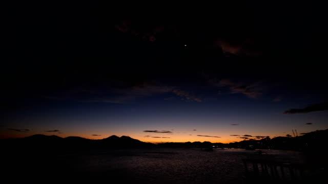 日没時の小さなドック ビデオ