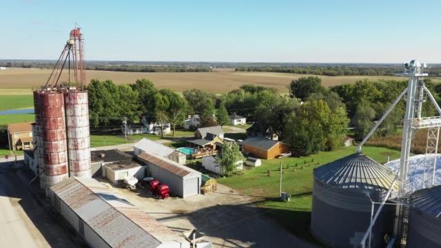 небольшое фермерское сообщество эмма миссури дрон воздушные кадры - missouri стоковые видео и кадры b-roll