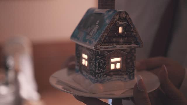 eine kleine figur eines hauses mit einer brennenden kerze im inneren. schönes thema aus nächster nähe - lebkuchenhaus stock-videos und b-roll-filmmaterial