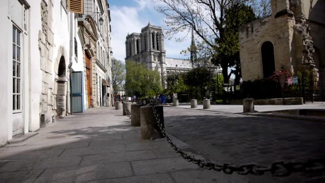 piccola strada francese nei pressi di notre dame a parigi, francia - gargoyle video stock e b–roll