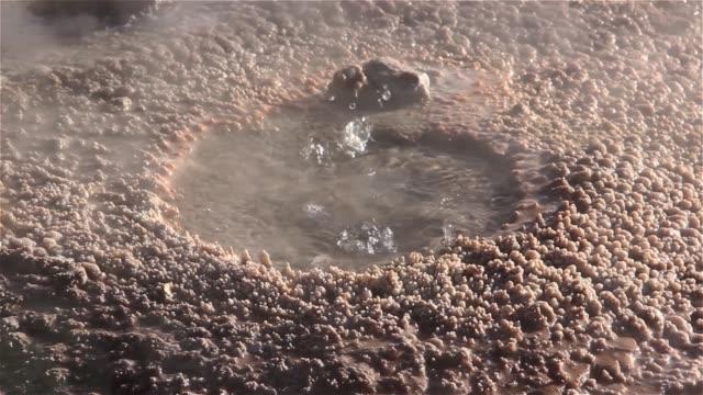 小蓋瑟孔,附近有礦物晶體。特寫。 - 石材 個影片檔及 b 捲影像