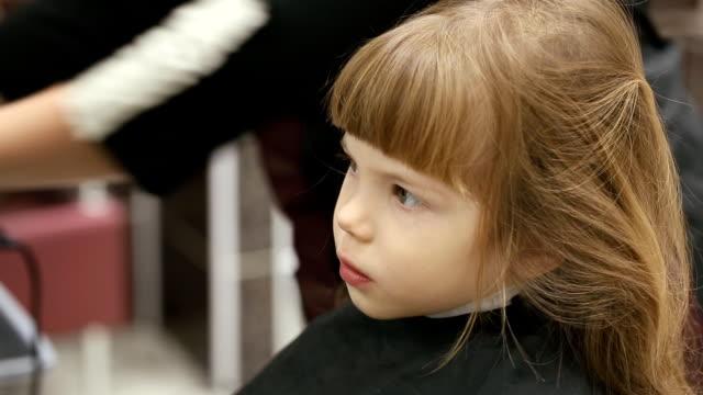 small girl at hairdressing saloon - аксессуар для волос стоковые видео и кадры b-roll