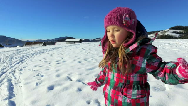 vídeos de stock e filmes b-roll de small girl running and playing in snow in mountains - roupa quente