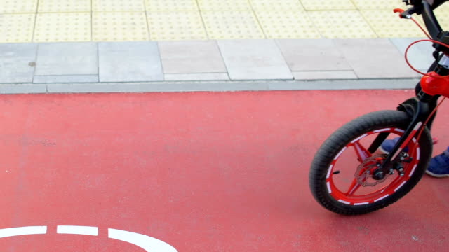 kleines mädchen zu fuß mit dem fahrrad auf radweg, kindliche hobby, freizeit - fahrradfahren lernen close helmet stock-videos und b-roll-filmmaterial