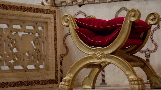 シチリア島パレルモの大聖堂の祭壇の上小さな黄金の椅子 - モンレアーレ点の映像素材/bロール