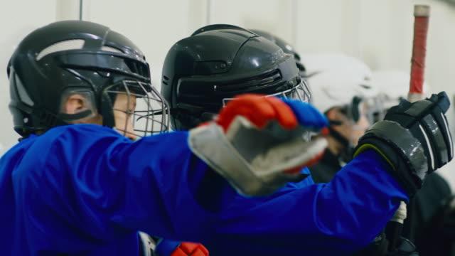 vidéos et rushes de petits joueurs de hockey duent avant le match - hockey sur glace