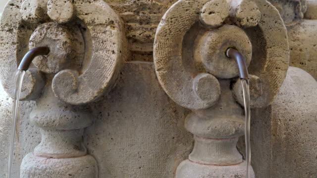 små slangar på fontänen utanför basilikan i vatikanen rom italien - påve bildbanksvideor och videomaterial från bakom kulisserna