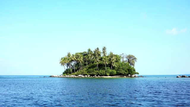 liten ö i tropiska havet mot blå himmel bakgrund - ö bildbanksvideor och videomaterial från bakom kulisserna