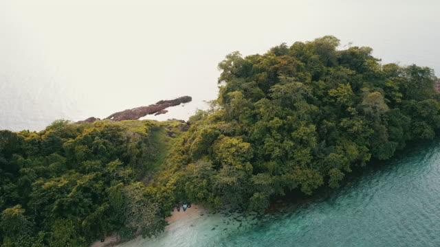 vidéos et rushes de petite île dans la mer tropicale contre le ciel bleu. - mer d'andaman