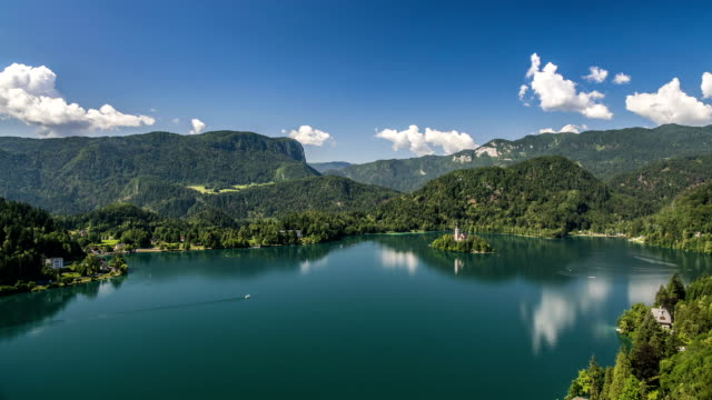 山湖、美しいスロベニア、タイムラプスの中で教会の小さな島 - スロベニア点の映像素材/bロール