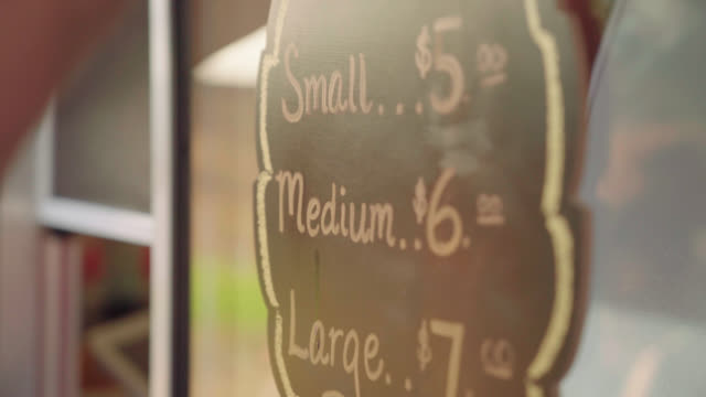 stockvideo's en b-roll-footage met klein, medium, groot bord - foodtruck