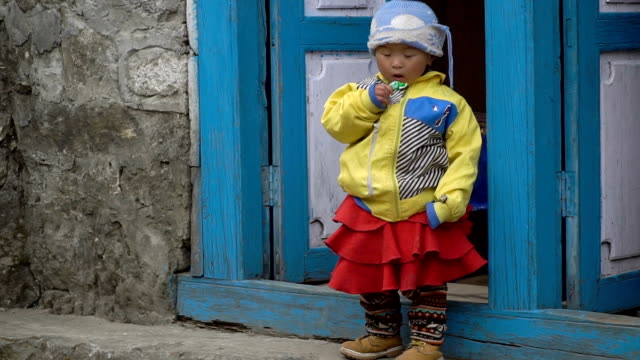 小さなネパールの女の子がお菓子を食べる - ネパール人点の映像素材/bロール