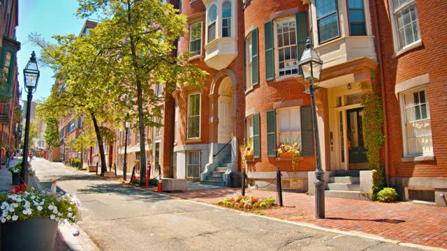 Kleine Fußgängerzone. Boston. gehen. Baum. Schmalen. Backsteinhaus. Retro alten Stil. Sonniger Tag. Historischer Ort. – Video
