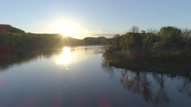 small river town sunset - река стоковые видео и кадры b-roll
