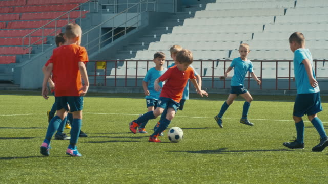 piccoli calciatori sullo stadio - termine sportivo video stock e b–roll